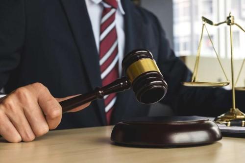 kak-naiti-advokata